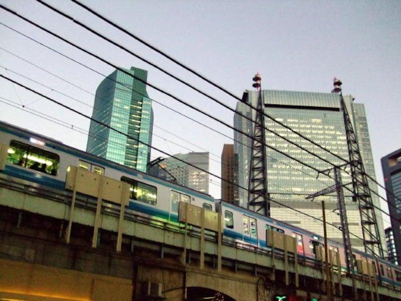 薄暮の新橋駅。後ろに見えるのは汐留側のビル