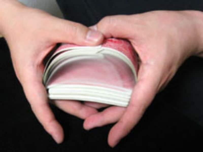 デックを2パートに分け、カードの一部を交互にかみ合わせアーチを作り、それを両手で抱えてカードの復元力で1デックにしていく代表的フラリッシュ。