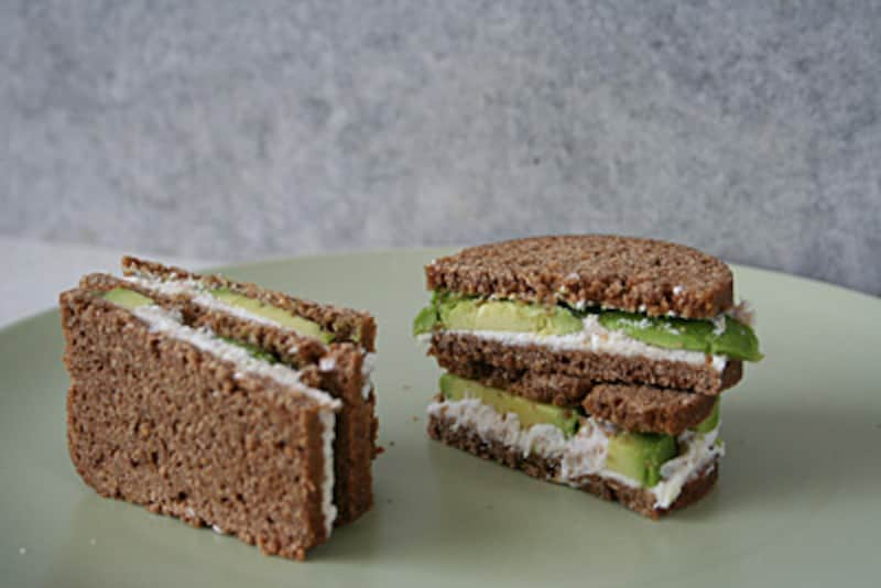 黒パンのサンドイッチ