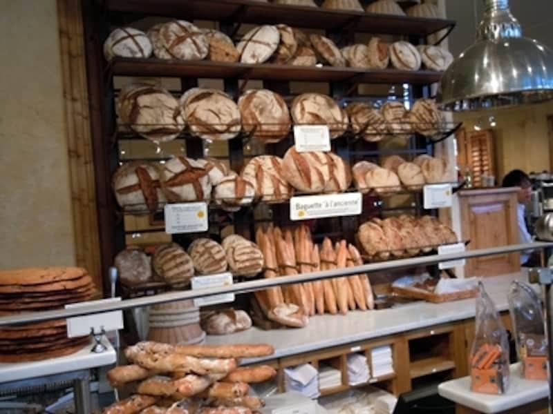 入ってすぐの売り場。大きなパンが並ぶ