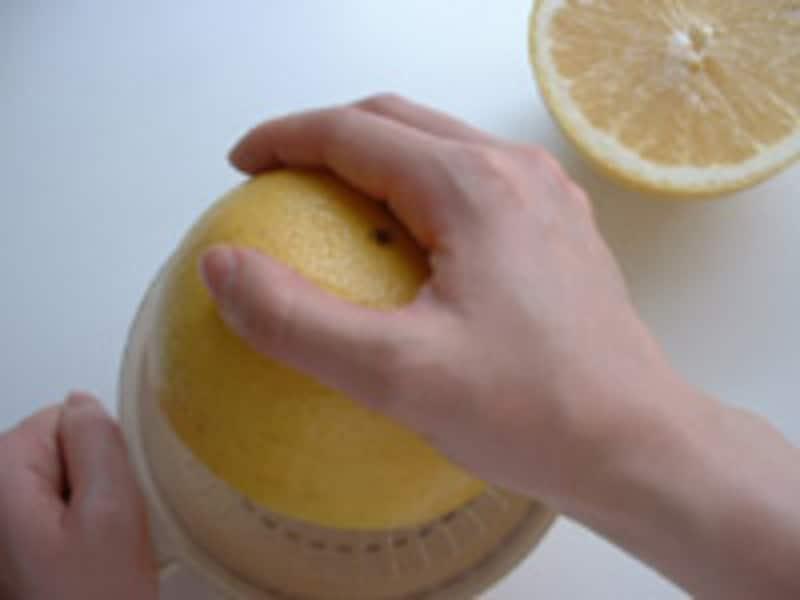 グレープフルーツをしぼる