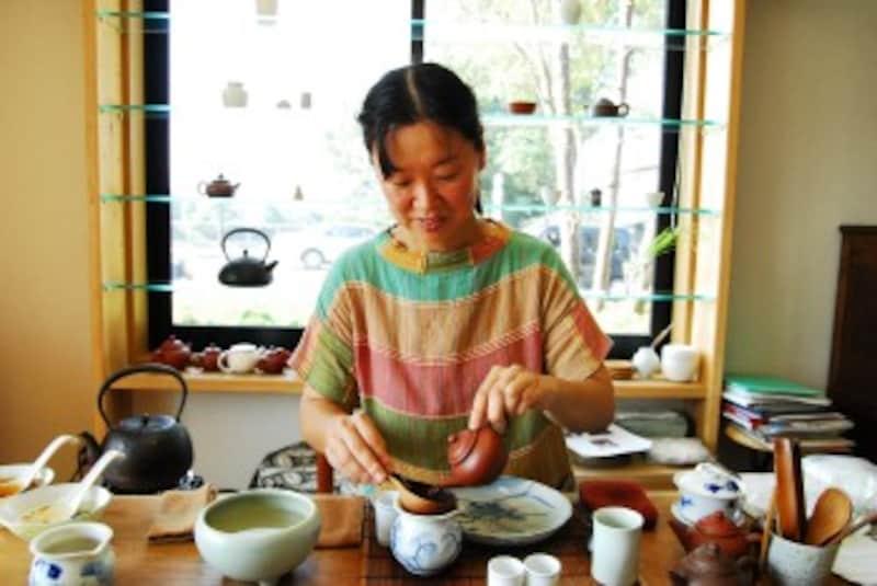 お茶を入れる前田さん