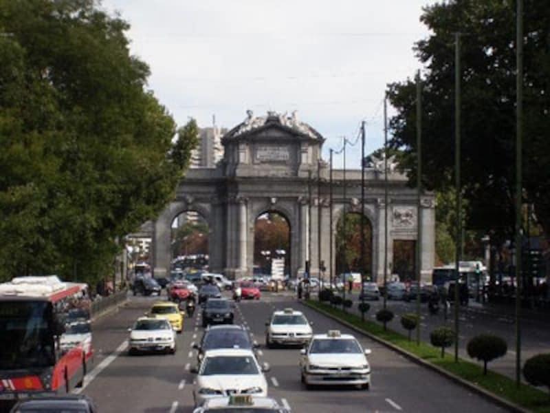 1778年に建設された、マドリッドのシンボル、アルカラ門。