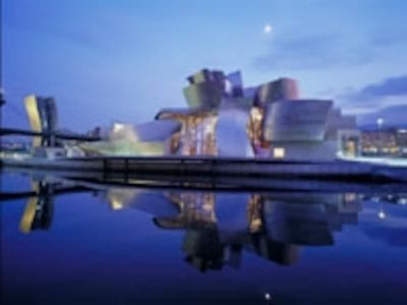 有名建築家フランク・O・ゲーリー作のグッゲンハイム美術館