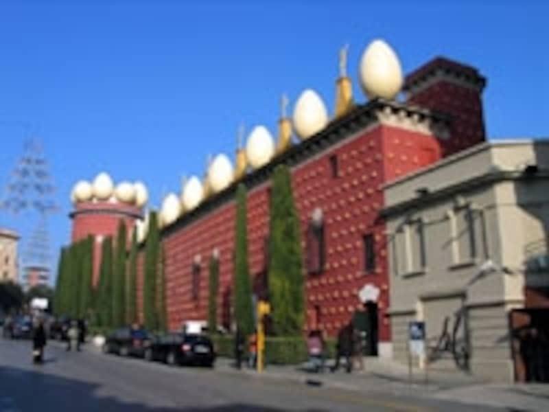 屋根に付いたたくさんの卵がキュートな、フィゲラスのダリ美術館。