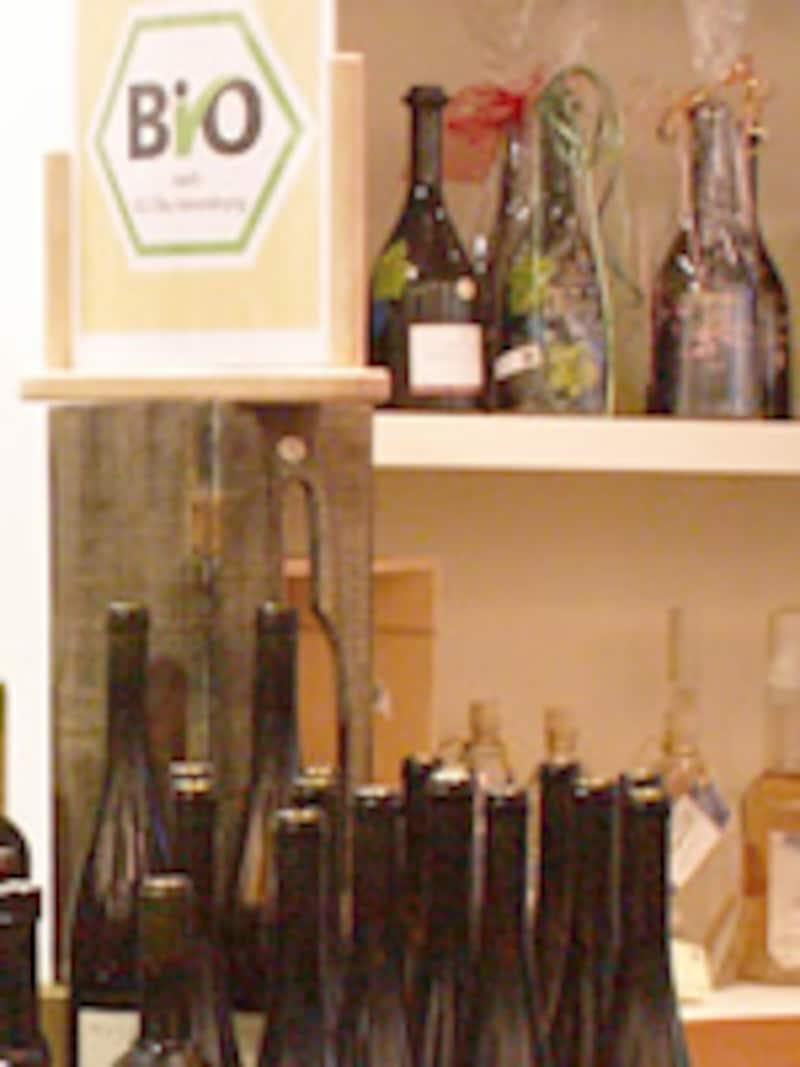 ビオというパネルの横にボトルが並ぶ