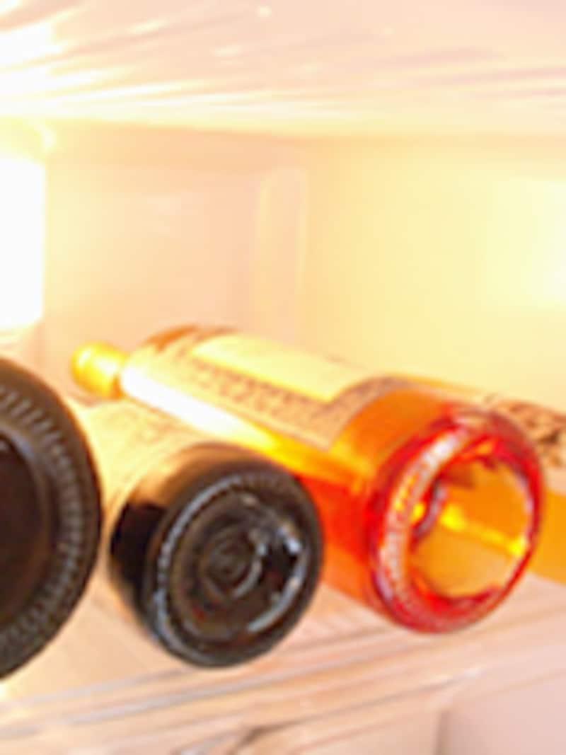 冷蔵庫に横たわる数本のワインボトル