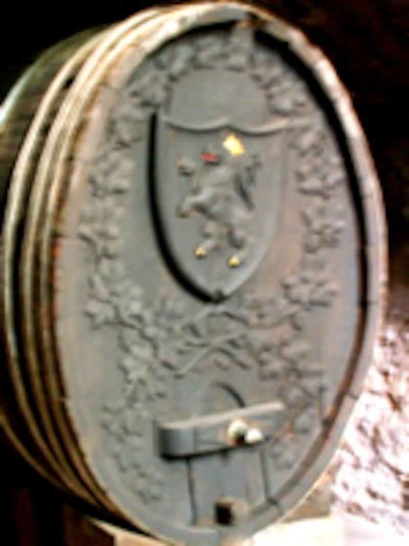 紋章が彫り込まれた古い樽