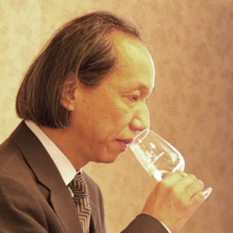 富永博士がグラスに鼻を近づけて白ワインの香りをかぐ