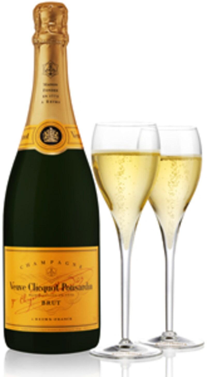 黄色いラベルのボトルとシャンパーニュが注がれたグラス