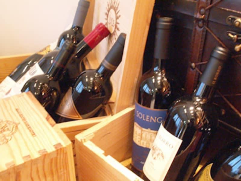 高価なワインが投げ込まれた木箱