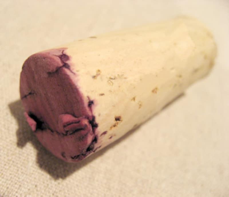 赤ワインが底の面から染みたコルク