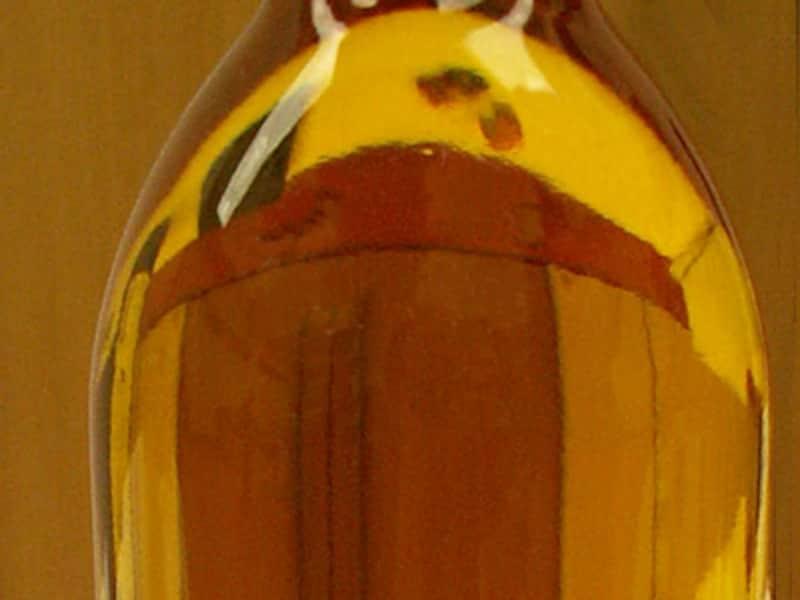 ボトルの肩から透かして黄金色の背景が見える