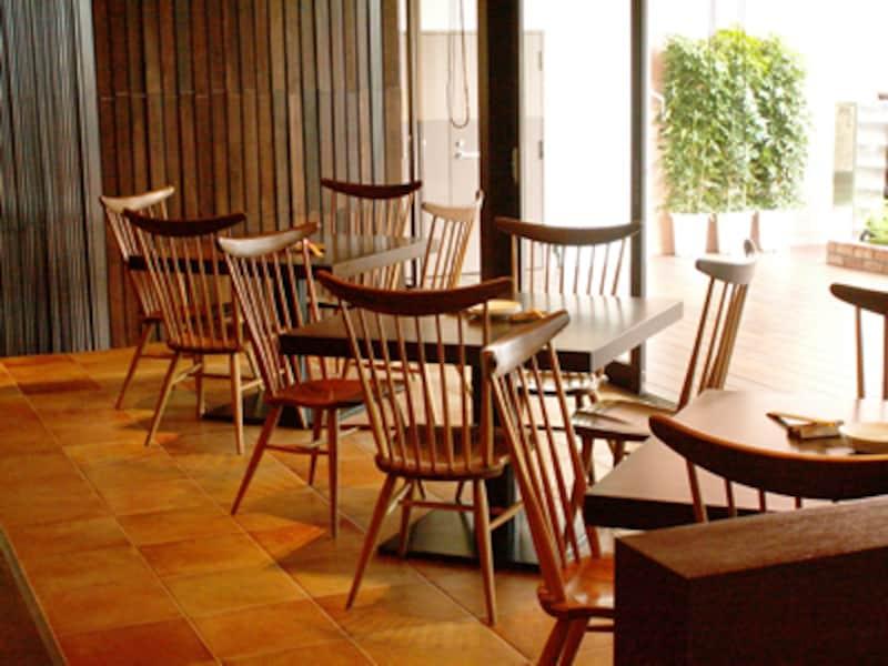 こげ茶色の木製テーブルそして椅子が並ぶ店内