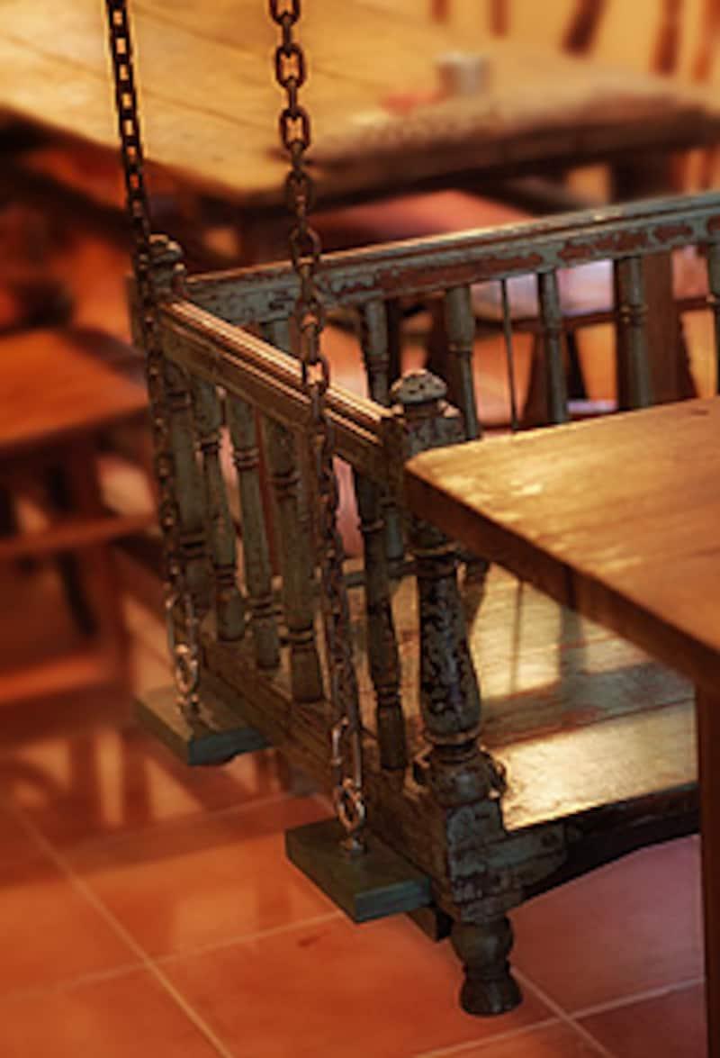 カフェ・アマルのブランコ椅子