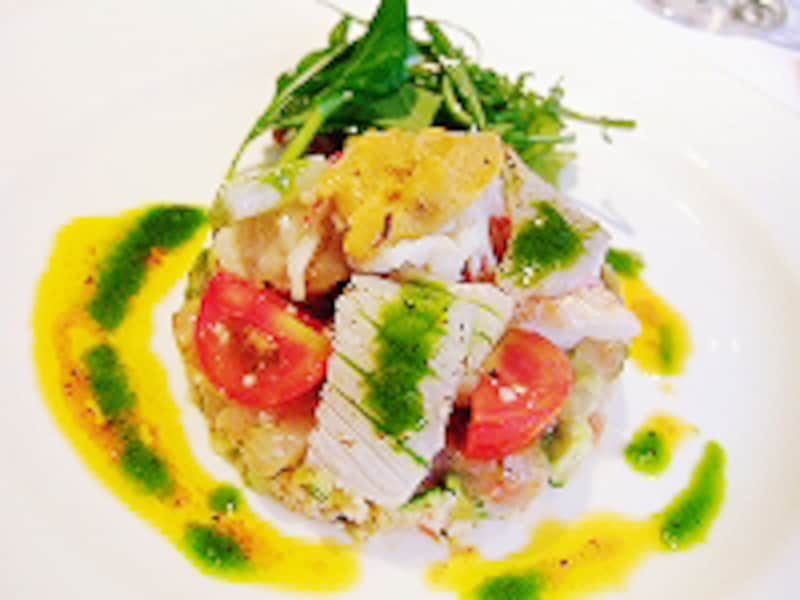 定番の前菜、タブレットのサラダ。とろみが甘エビをの味をより強く。