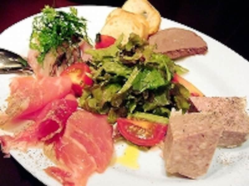 前菜盛り合わせは4種。肉料理が評判ですが、魚も美味。