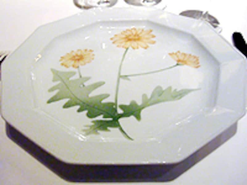 アラン・シャペルオリジナルの位置皿。描かれた絵は一皿一皿違います。