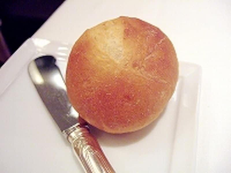 パンは元ホテルプラザのパン職人さんにお願いしているもの。きめ細かく。主張しすぎないパンは「レストラン」にふさわしい上品なおいしさ