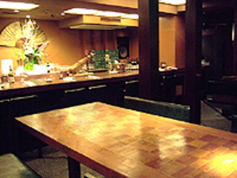 カウンターでお一人様もOKの、カジュアルモダンな空間。