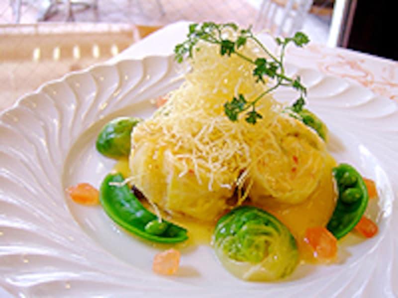 ランチのお料理、鱈とキャベツのルーレ スモークシャンピニョンのソース。