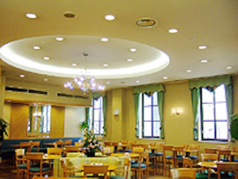 天井の高いサロンスペースでは、神戸らしい優雅な気分に。