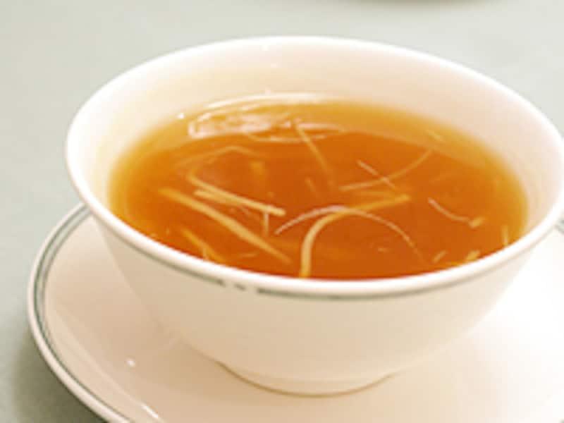 これからの料理に備えて、胃を温めてくれる、ふかのひれスープ