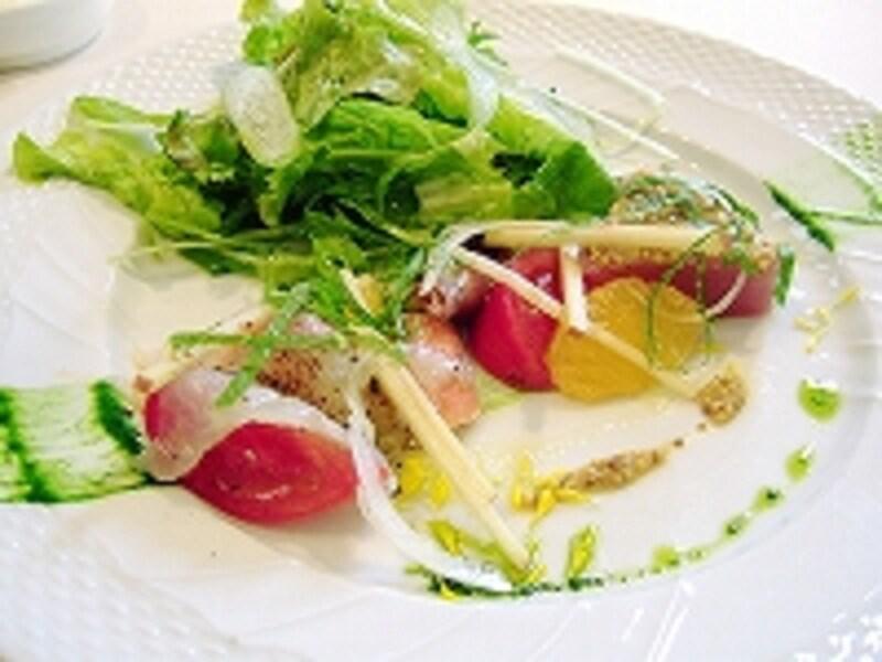 ランチ時の前菜「スズキのカルパッチョ」はセンスあふれる色彩で