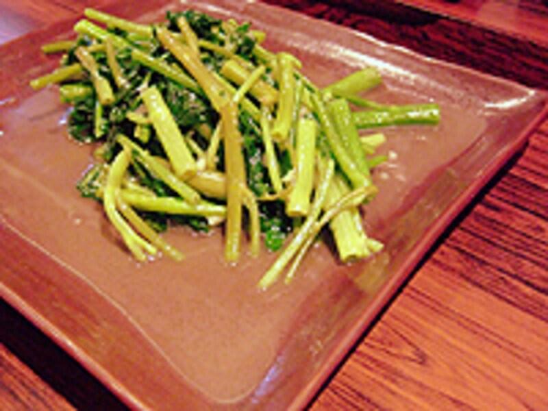 空心菜の塩炒めは、中心に空いた穴に調味料が絡まっていっそう美味。