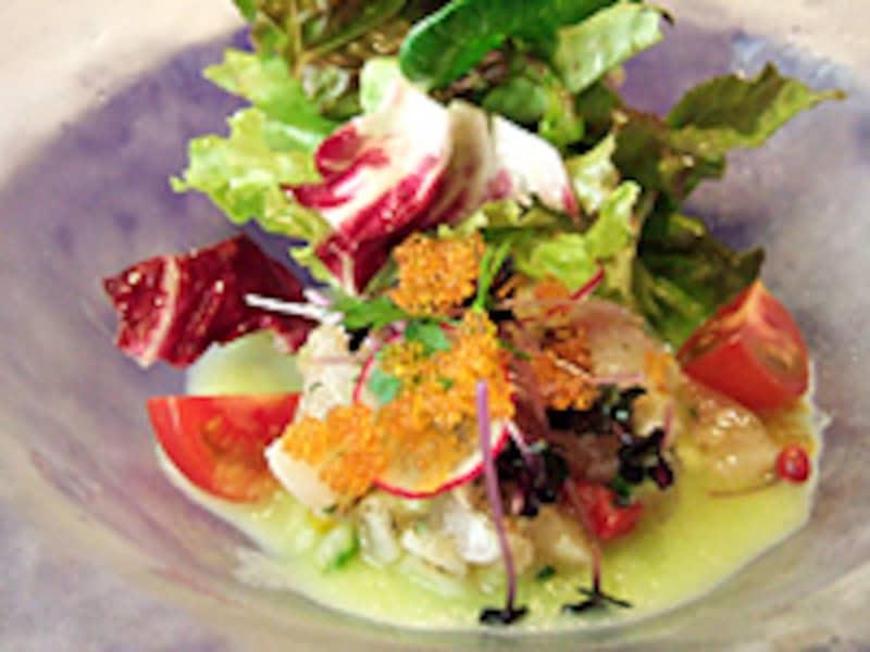 ランチコースの前菜から「焼霜にしたイサキと帆立貝 胡瓜のソース」