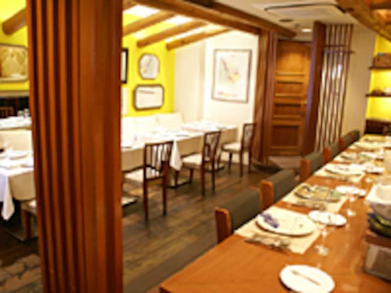 テーブル席とカウンターで構成される、雰囲気ある店内
