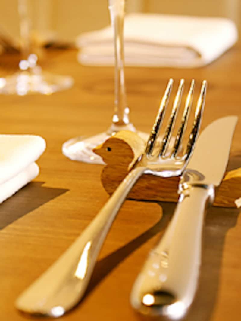 名物料理に合わせ、ナイフレストも鴨