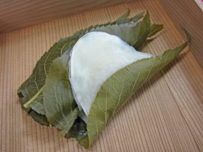店内「桜もち1個(煎茶付)」300円(税込)