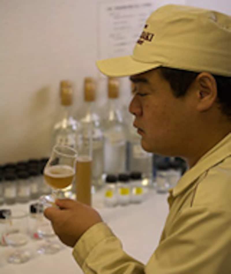清澄麦汁をテイスティングする職人(写真すべて山崎蒸溜所/撮影・川田雅宏)