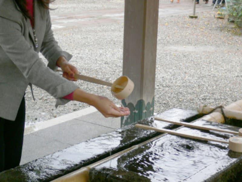 手水のやり方・手水舎での作法2:柄杓を左手に持ち替え、右手にかける