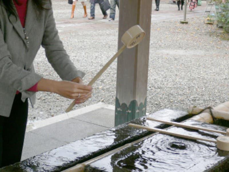 手水のやり方・手水舎での作法5:最後に、両手で柄杓を立てて柄杓の柄に水を流す