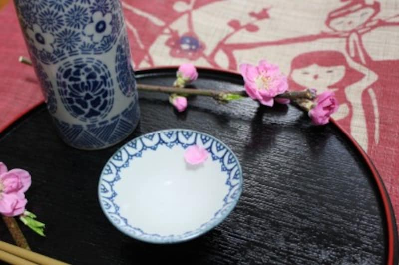 酒器に桃の花を浮かべて…ただそれだけで、大人の雛祭りが始まります。