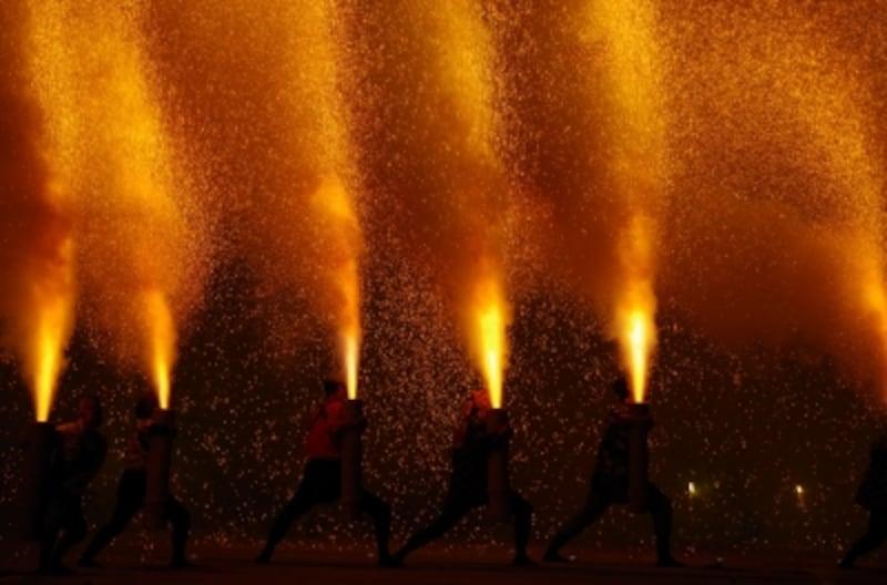 愛知県豊橋市の「炎の祭典」(毎年9月第2土曜日)では三河伝統の手筒花火がなどが楽しめます