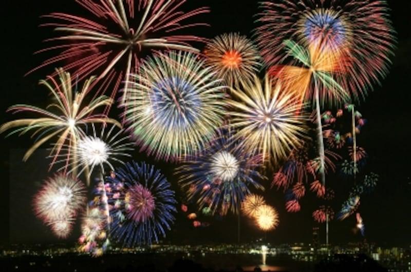 どれが好き?さまざまな種類の花火が夜空を彩ります
