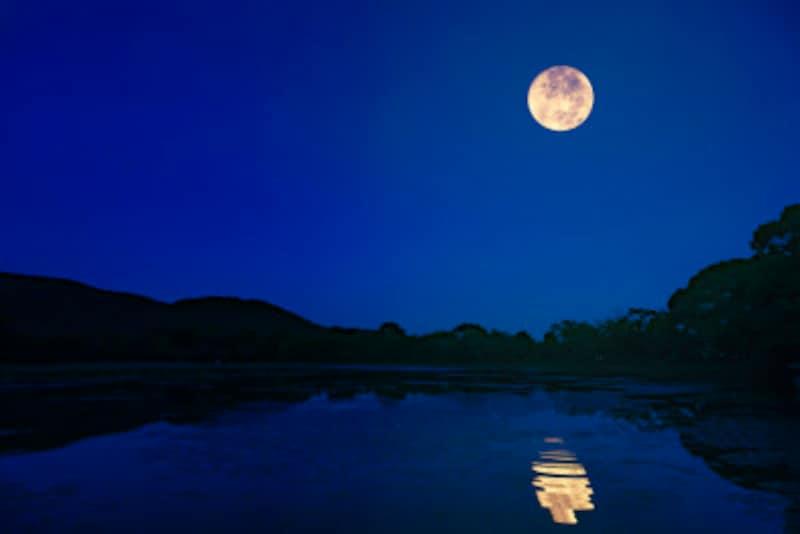 澄んだ秋空は月を眺めるのに最適です!