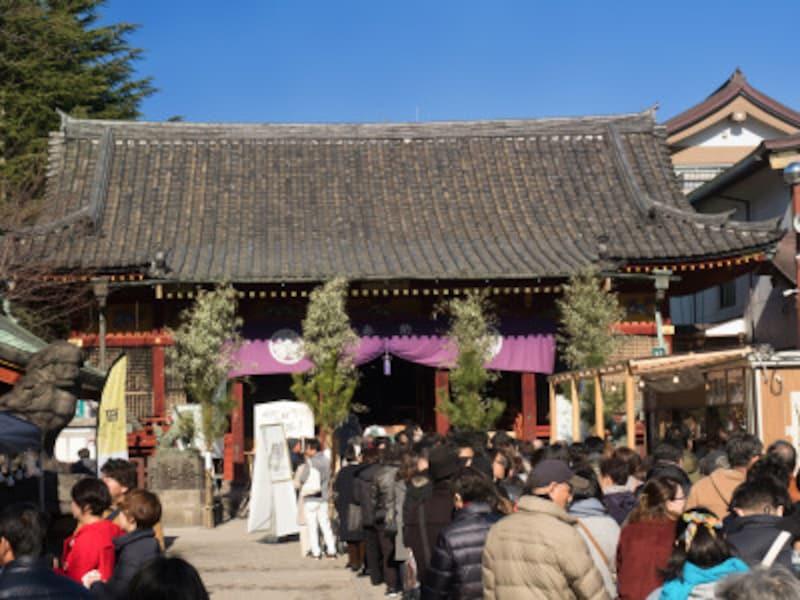初詣は、大晦日から社寺のこもる年籠りが、除夜詣と元旦詣に分かれていきました