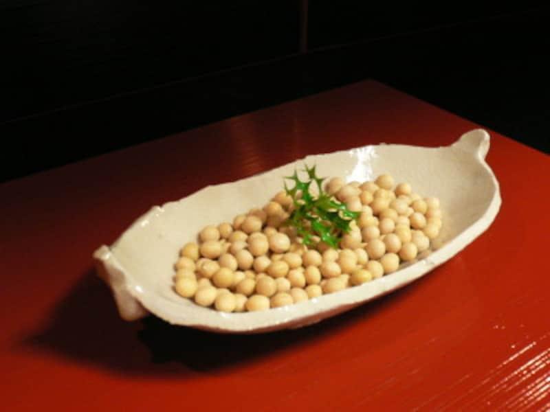 おしゃれな節分飾り1~白い皿に豆を盛る