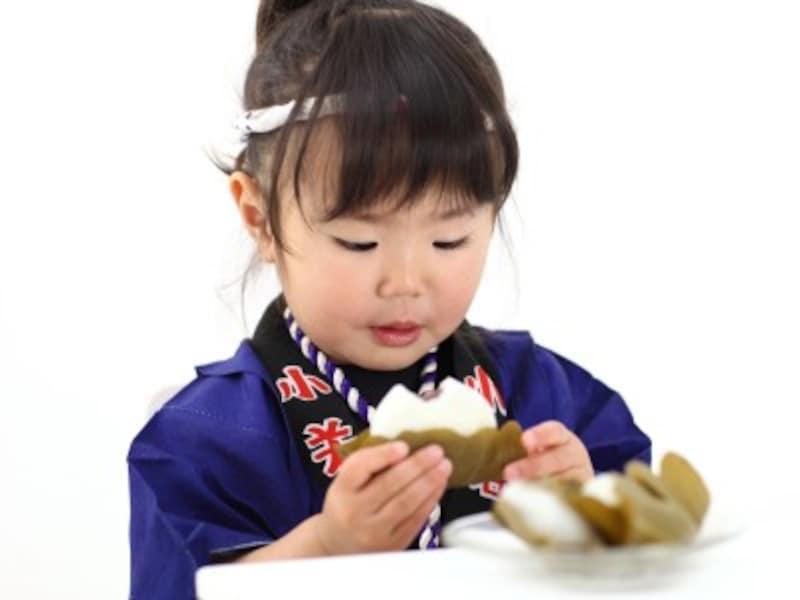 柏餅を食べる女の子