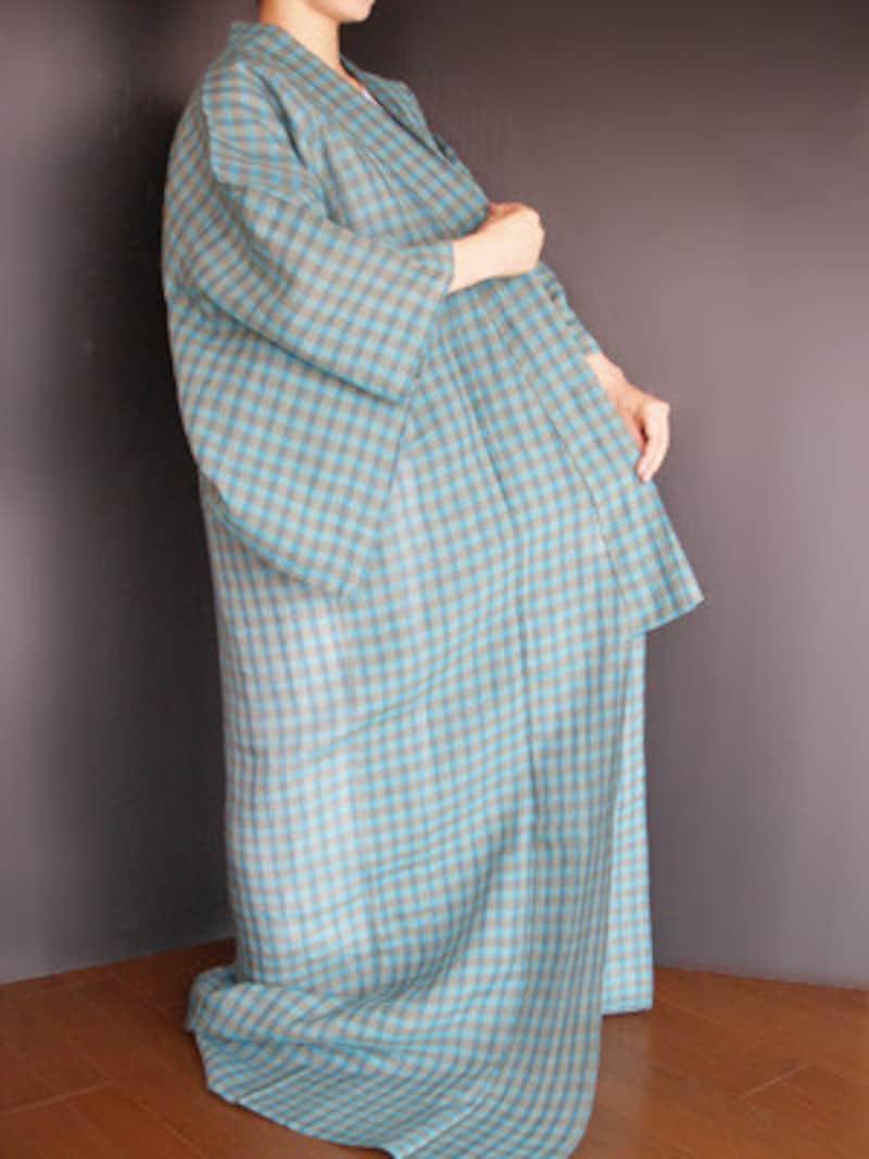 浴衣の着付け1:浴衣を羽織ったら、共衿先と衿先の左右を合わせる