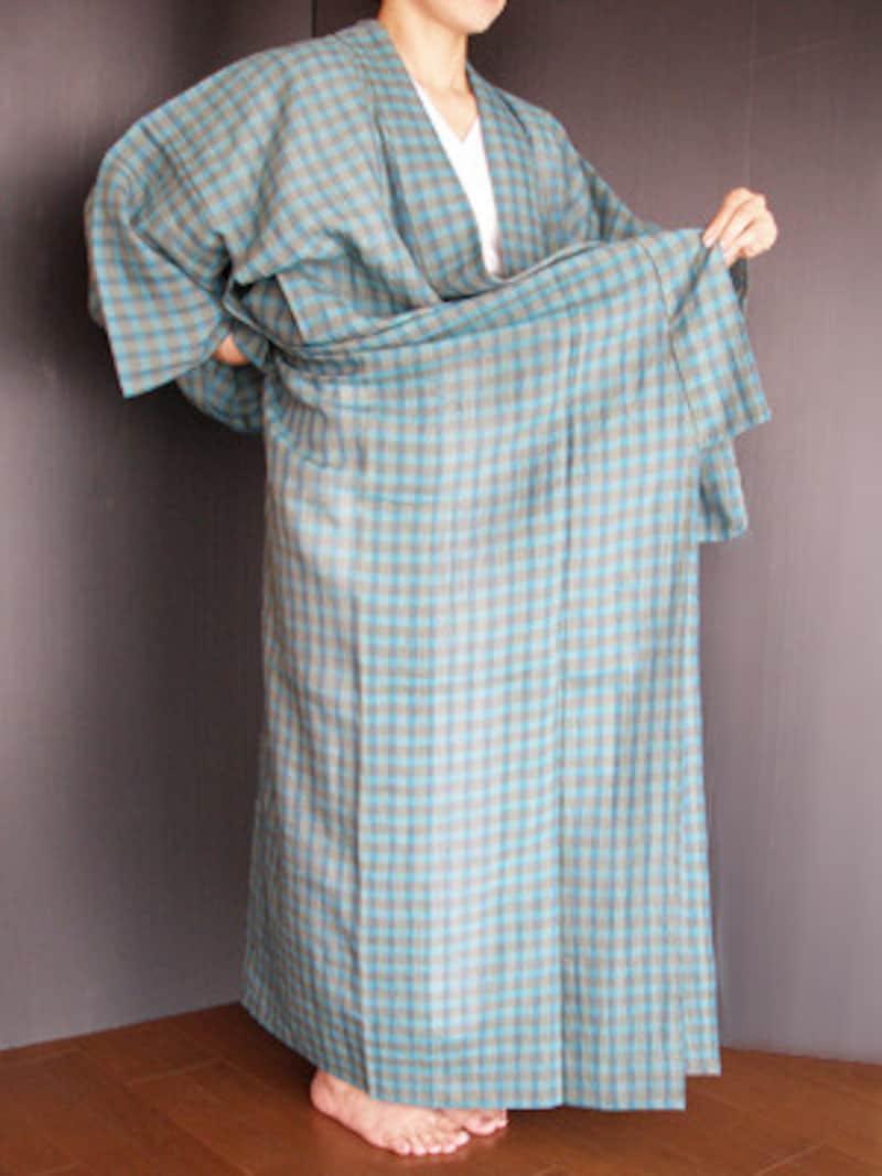 浴衣着付け2:衿先から20cm上と背縫いを持ち、全体を上に上げて丈の長さをみる