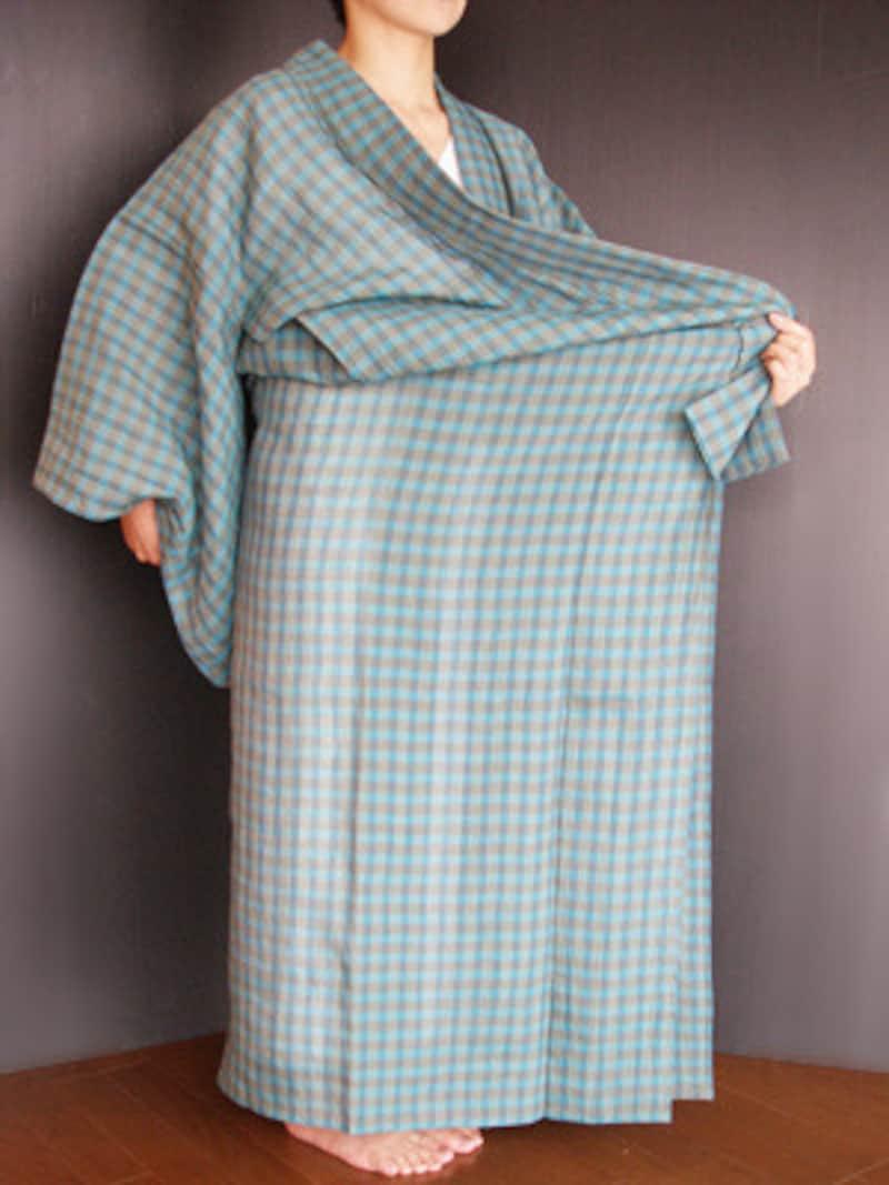 浴衣の着付け3:丈が決まったら前へ引き、体にぴったりとつける