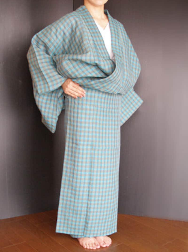 浴衣着付け6:上前をかぶせ、右手でぴったりと押さえます(褄先は5cm上げる)