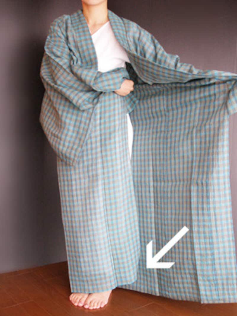浴衣着付け5:上前を開いて下前を納めます(褄先は10cm上げる)