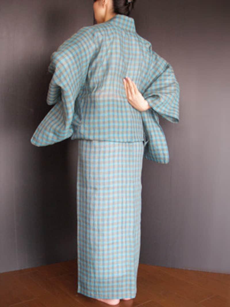 衣着付け14:脇の下にある身八つ口から手を入れ、衿のもたつきを整えます