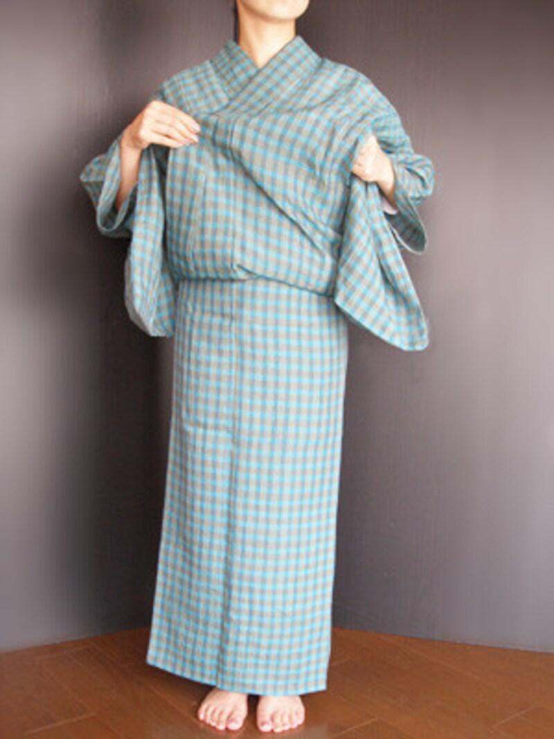 衣着付け15:衿をきれいに整えます。襟足がつまらぬよう1度衿を浮かして……